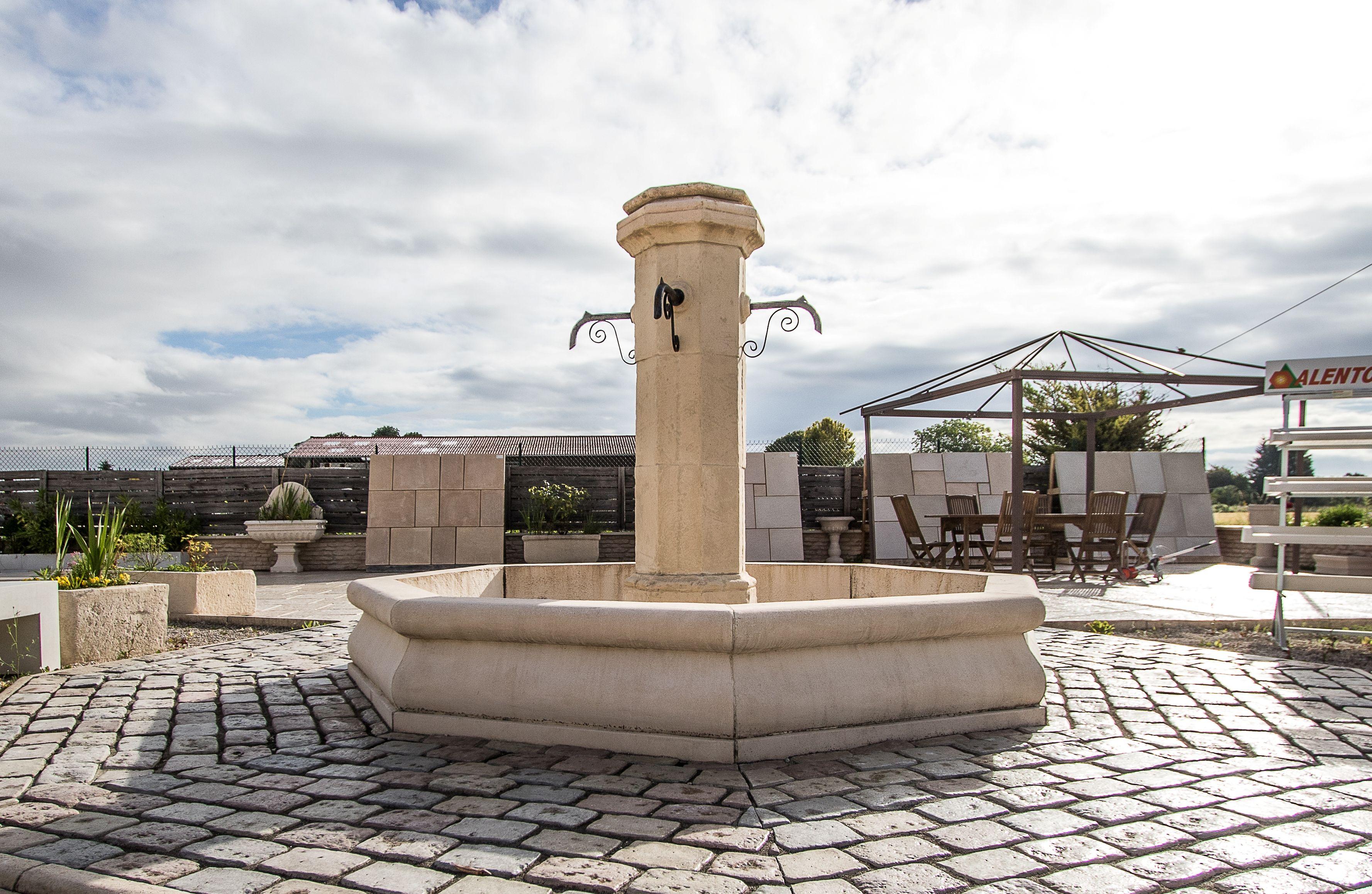 Grande fontaine centrale de village, en pierre reconstituée de ...
