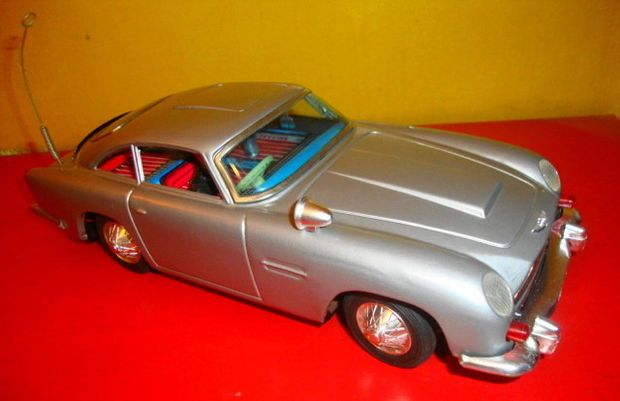 James Bond 007 Aston Martin Db5 Battery Operated Tin Car By