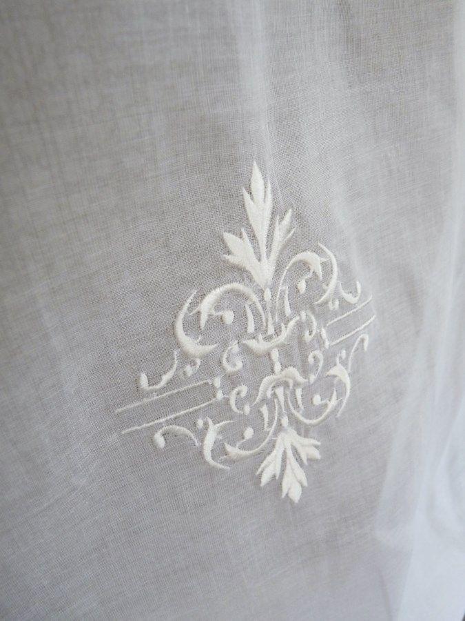 paire de stores organdi blanc ornements destockage rideaux rideau brod s voilages voilage. Black Bedroom Furniture Sets. Home Design Ideas