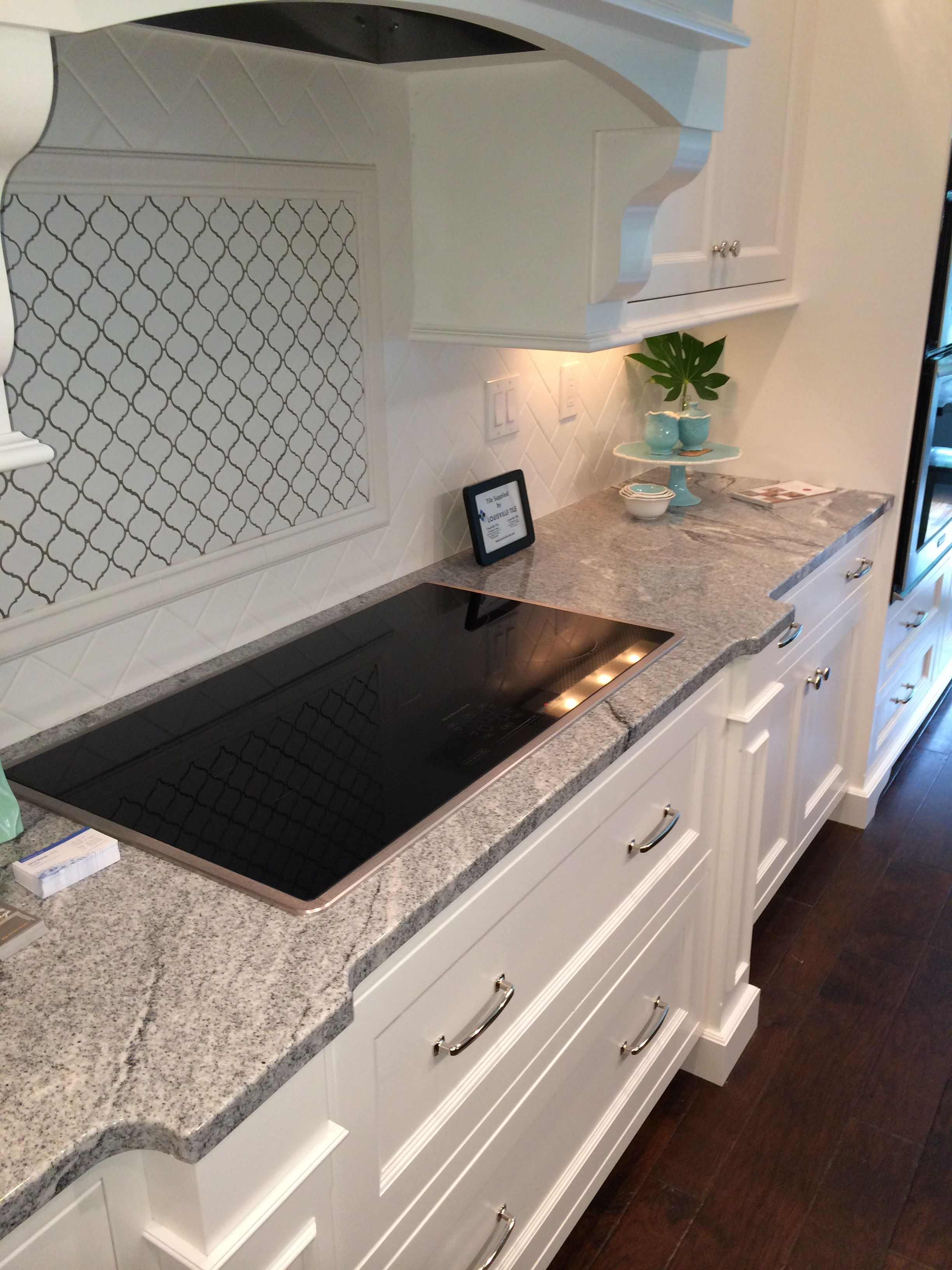 Vintage White Silver Cloud Granite Counter With Whtie Cabinets