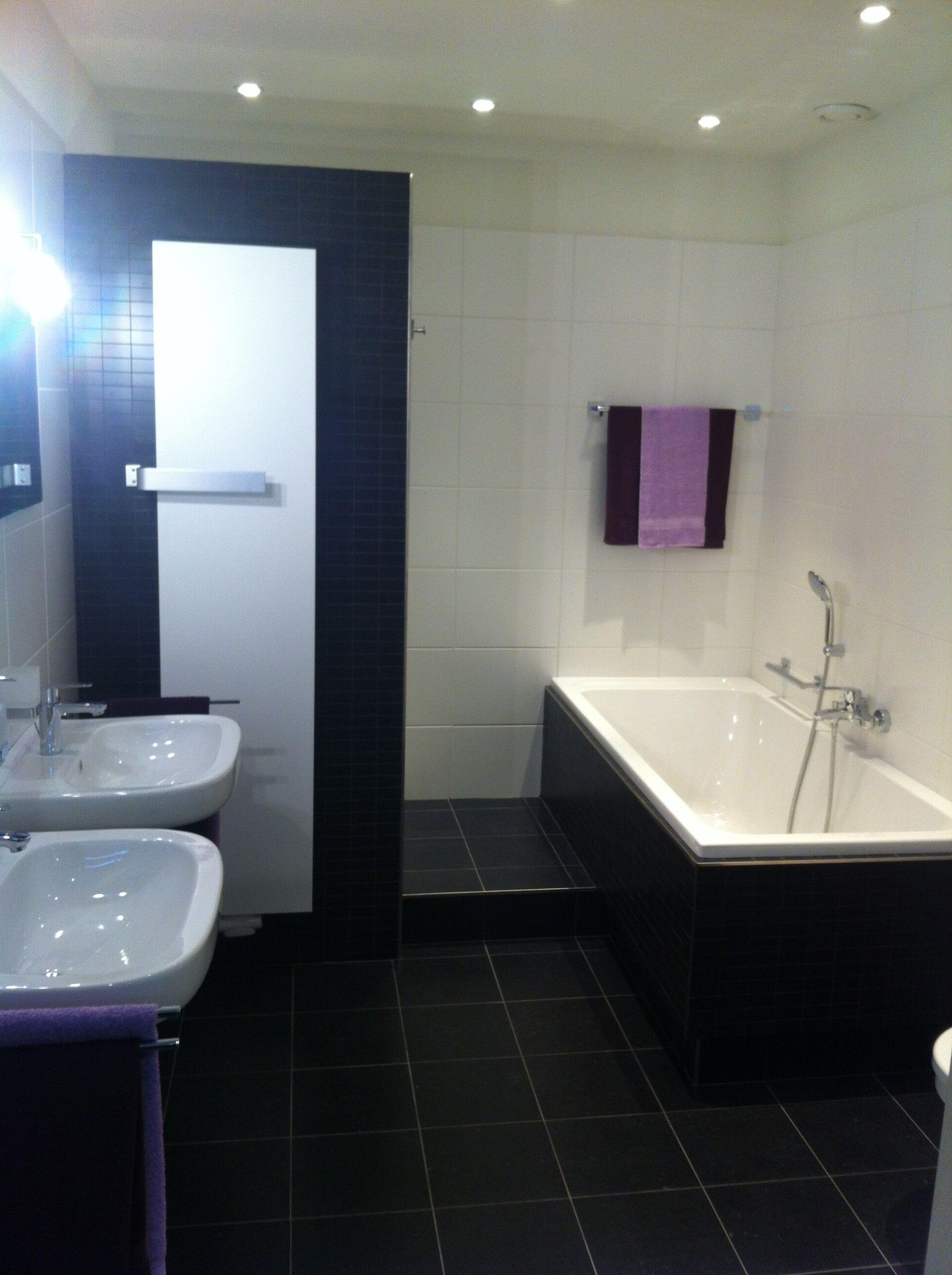badkameropstelling met bad inloopdouche twee wasbakken en