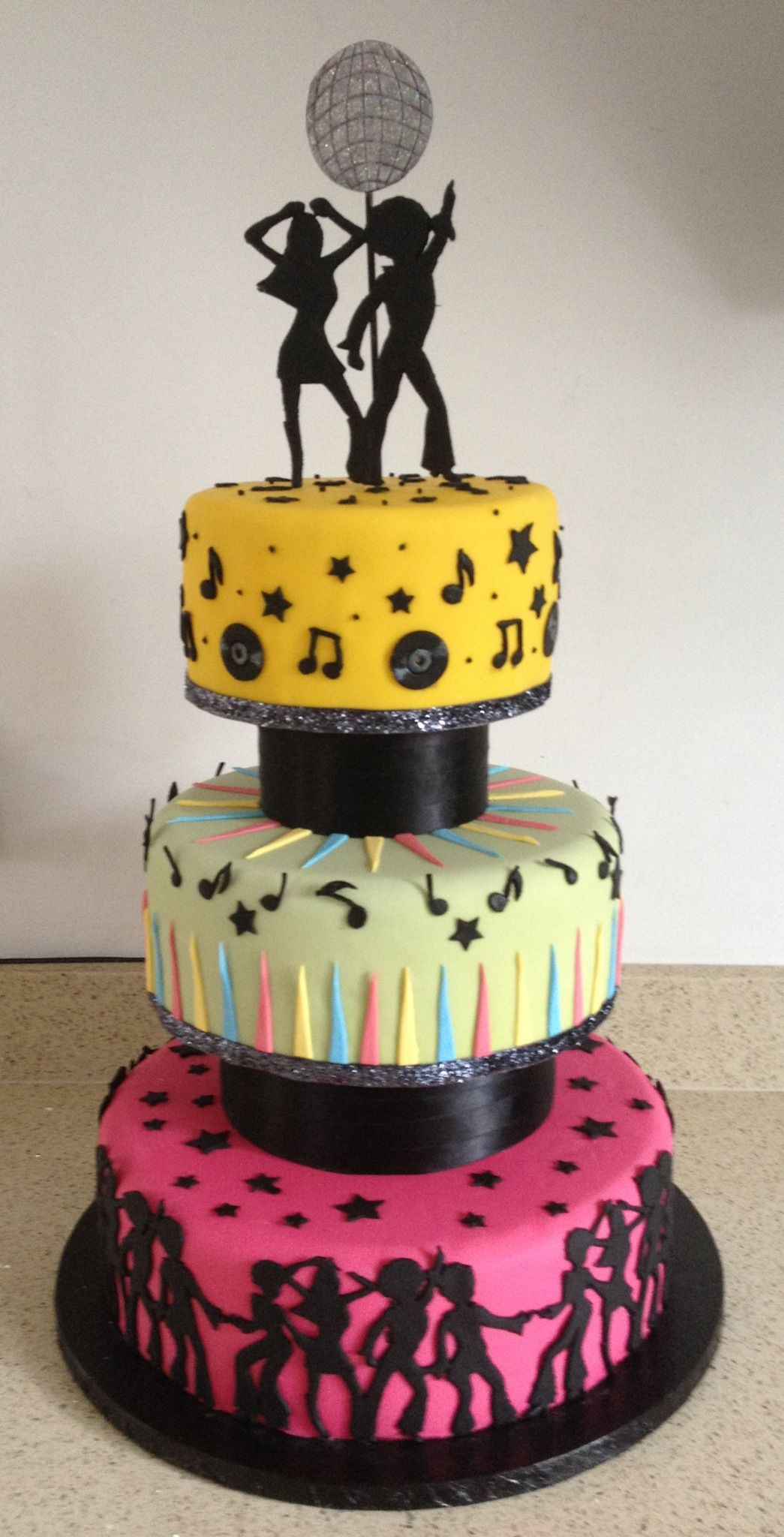 Don\'t know what Laurie\'s making, but thought this was a cute cake ...
