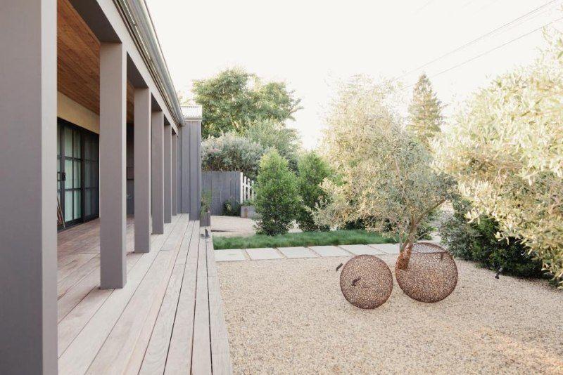 Jardin moderne avec du gravier décoratif, galets et plantes ...