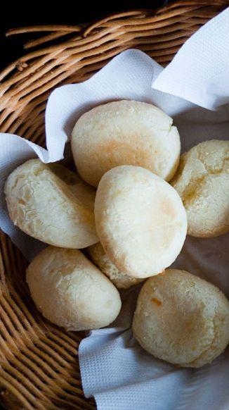 Pães de queijo – Der perfekte Snack aus Brasilien: Sie sehen so unscheinbar aus, sind aber so ziemlich das beste, was man in Brasilien zwischendurch essen kann: Pães de queijo, die kleinen Käsebrötchen – außen knusprig, innen weich –, schmecken den Brasilianern denn auch zu jeder Tageszeit, vor allem aber am Nachmittag mit einem starken Café dazu. Hier geht es zum Rezept…