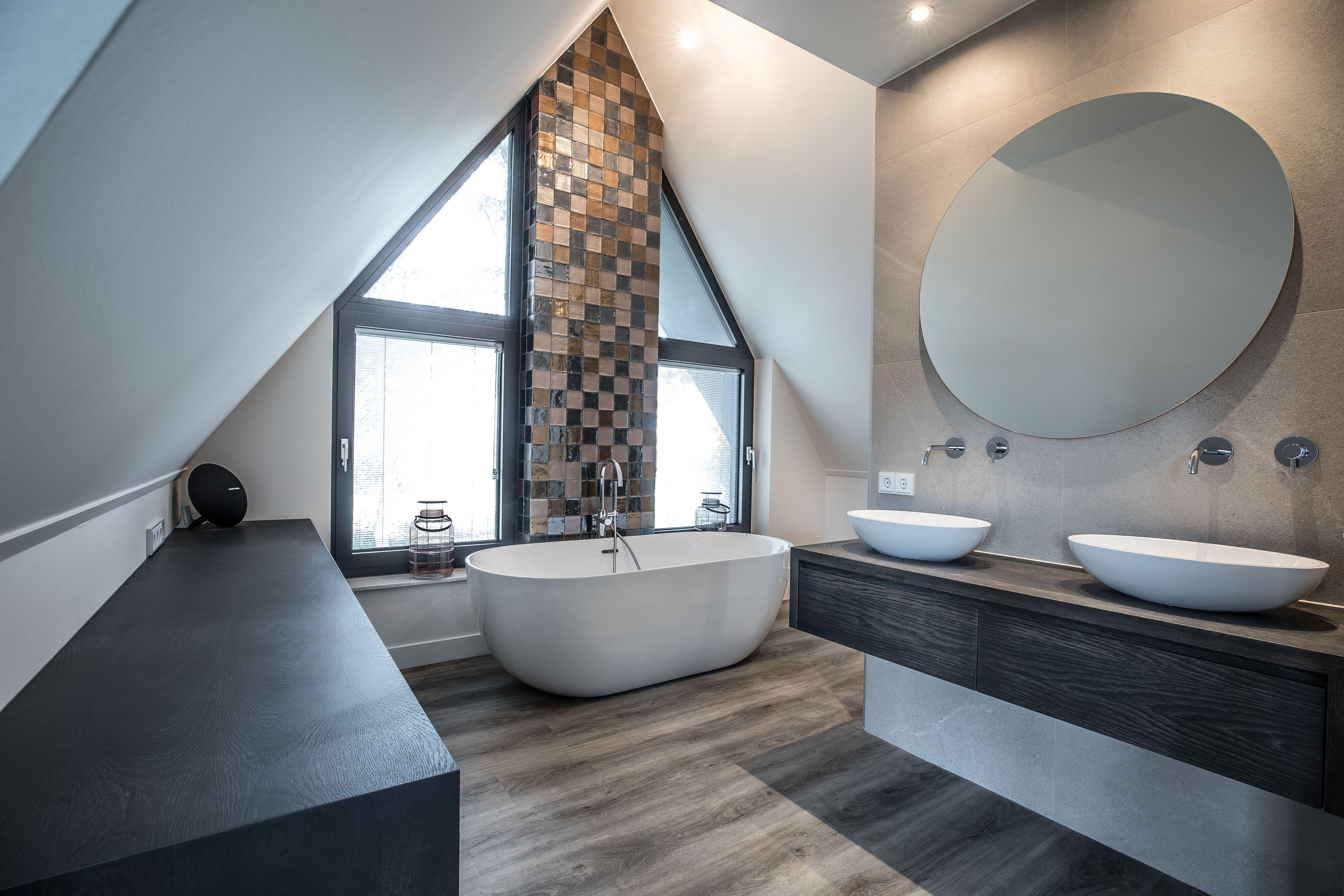 Moderne badkamer met natuurlijke tinten op maat gemaakt eiken