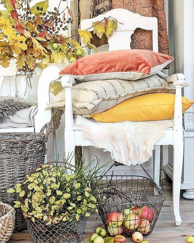 Nå er det straks tid for å bytte ut tekstilene rundt omkring i heimen...(Stolen som jeg har to av er nå ute for salg i butikken... Virkelige skatter) Ååå herlige inspirerende høsten Fin lørdag alle sammen  #fall #autumn #høst #høststemning #kremmerhuset