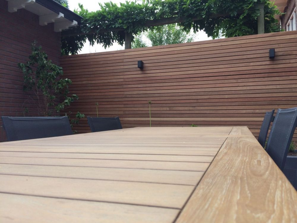Strakke houten horizontale schutting met in-lite verlichting in ...