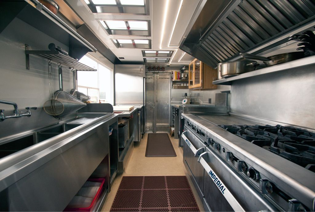 Food truck kitchen outfit food trucker pinterest for Food truck interior design