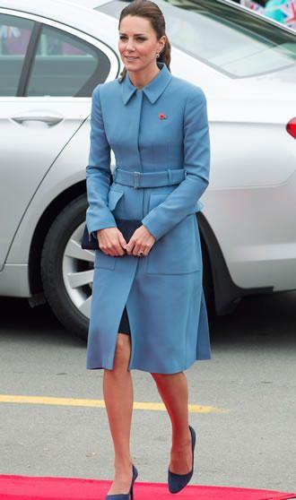 Kate Middleton muda o penteado em viagem  Kate fez uma combinação ton-sur-ton com os acessórios, com o sapato azul-marinho. Em mais uma aparição pública na Nova Zelândia, Kate Middleton estava elegante com um casaco azul da Alexander McQueen, a mesma marca que fez seu vestido de noiva.