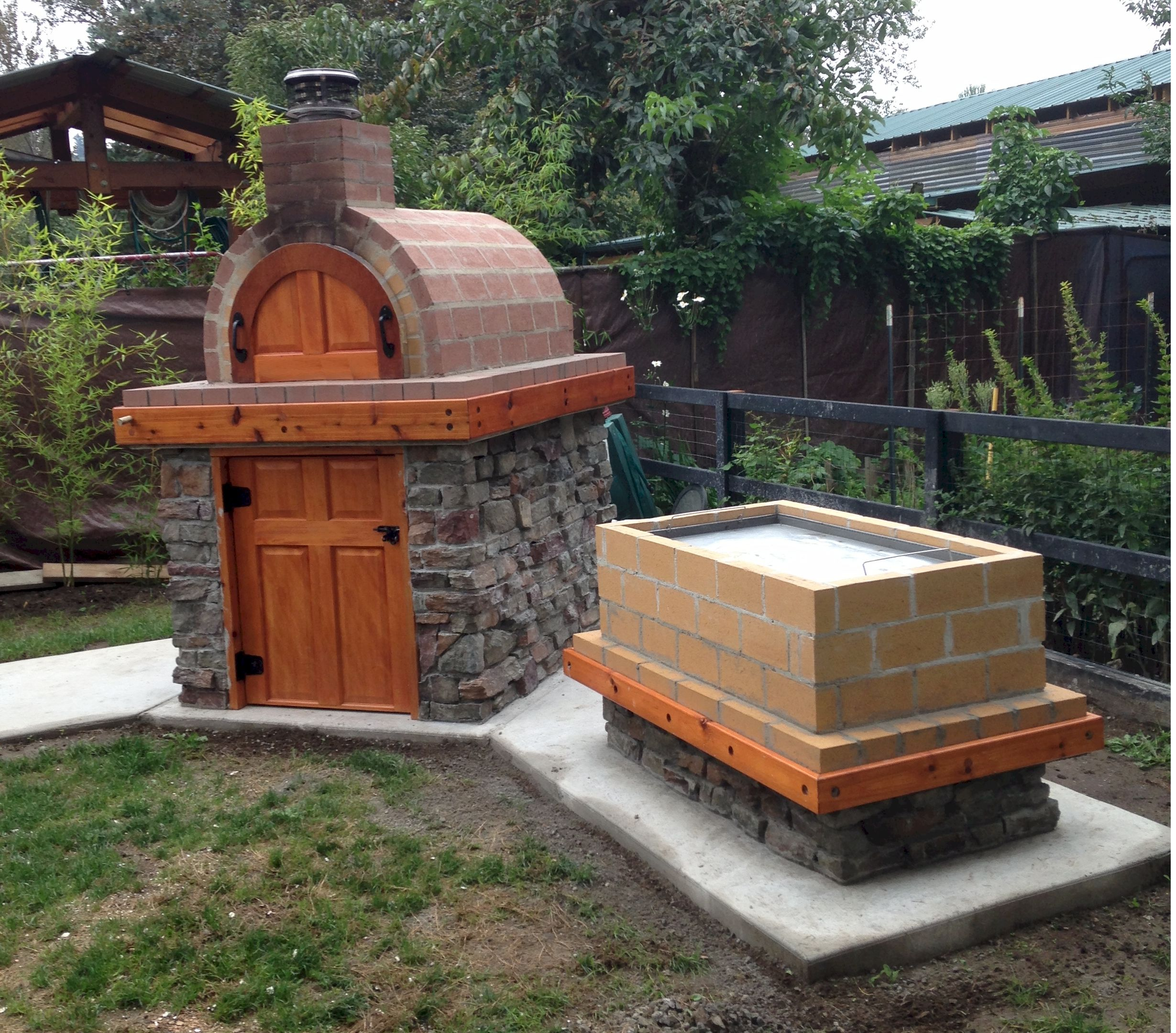 Wood fired outdoor brick pizza oven and la caja style pig for Outdoor oven diy