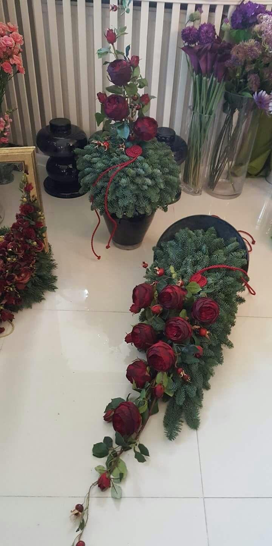 Stroik Na Cmentarz Fioletowe Kalie I Biale Roze Funeral Floral Flower Arrangements Floral Arrangements
