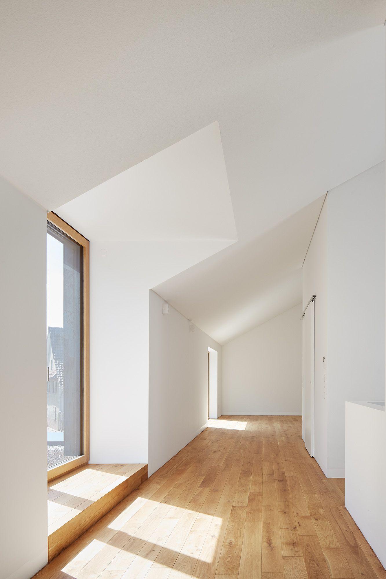 Schatten am Ortseingang: Wohnhaus in Nöttingen