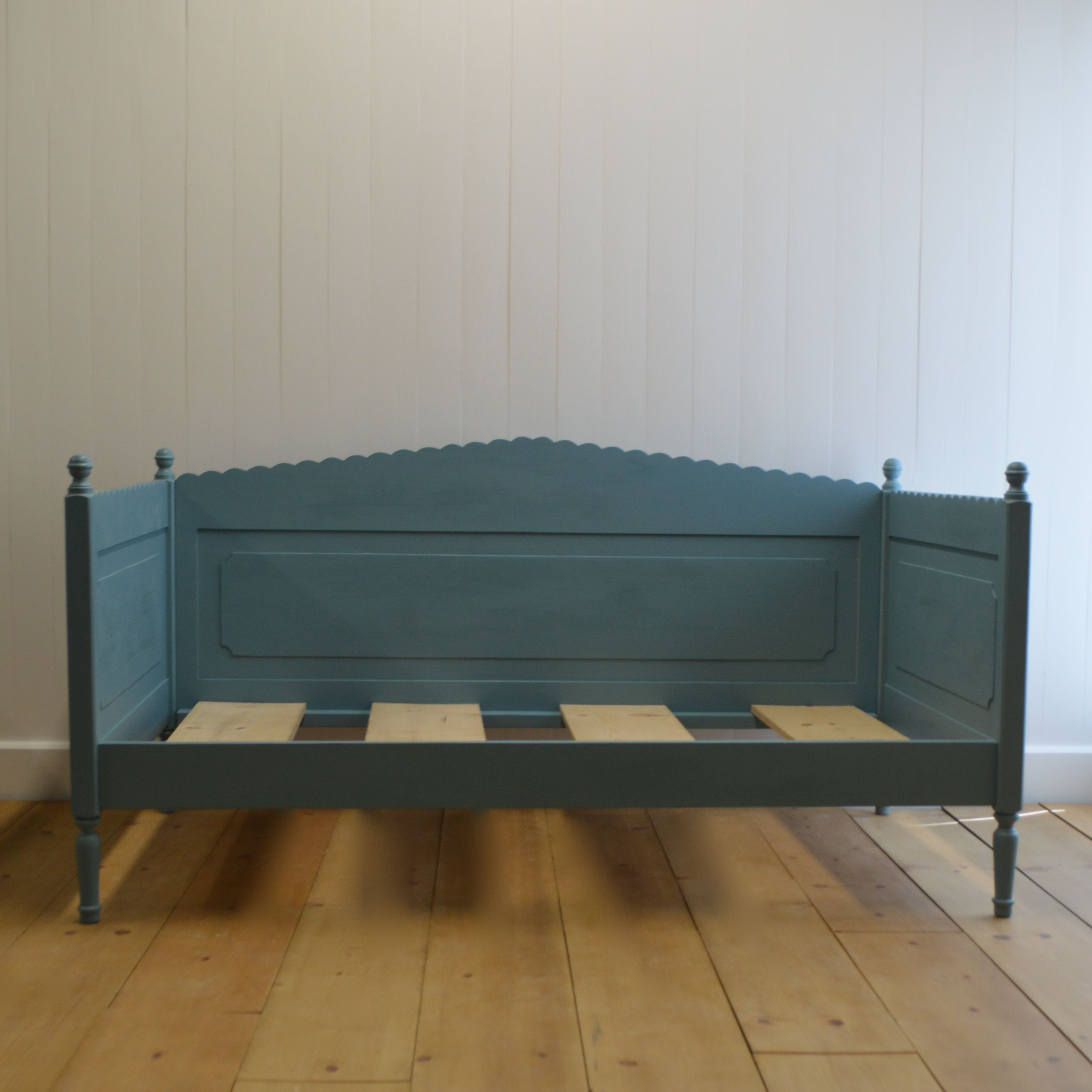 luella s scalloped daybed by english farmhouse furniture