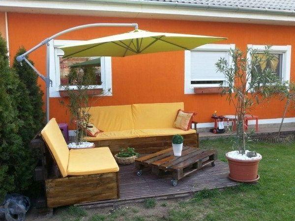 garten mit einem m belset aus paletten gestalten gelb und orange gartenm bel aus paletten. Black Bedroom Furniture Sets. Home Design Ideas