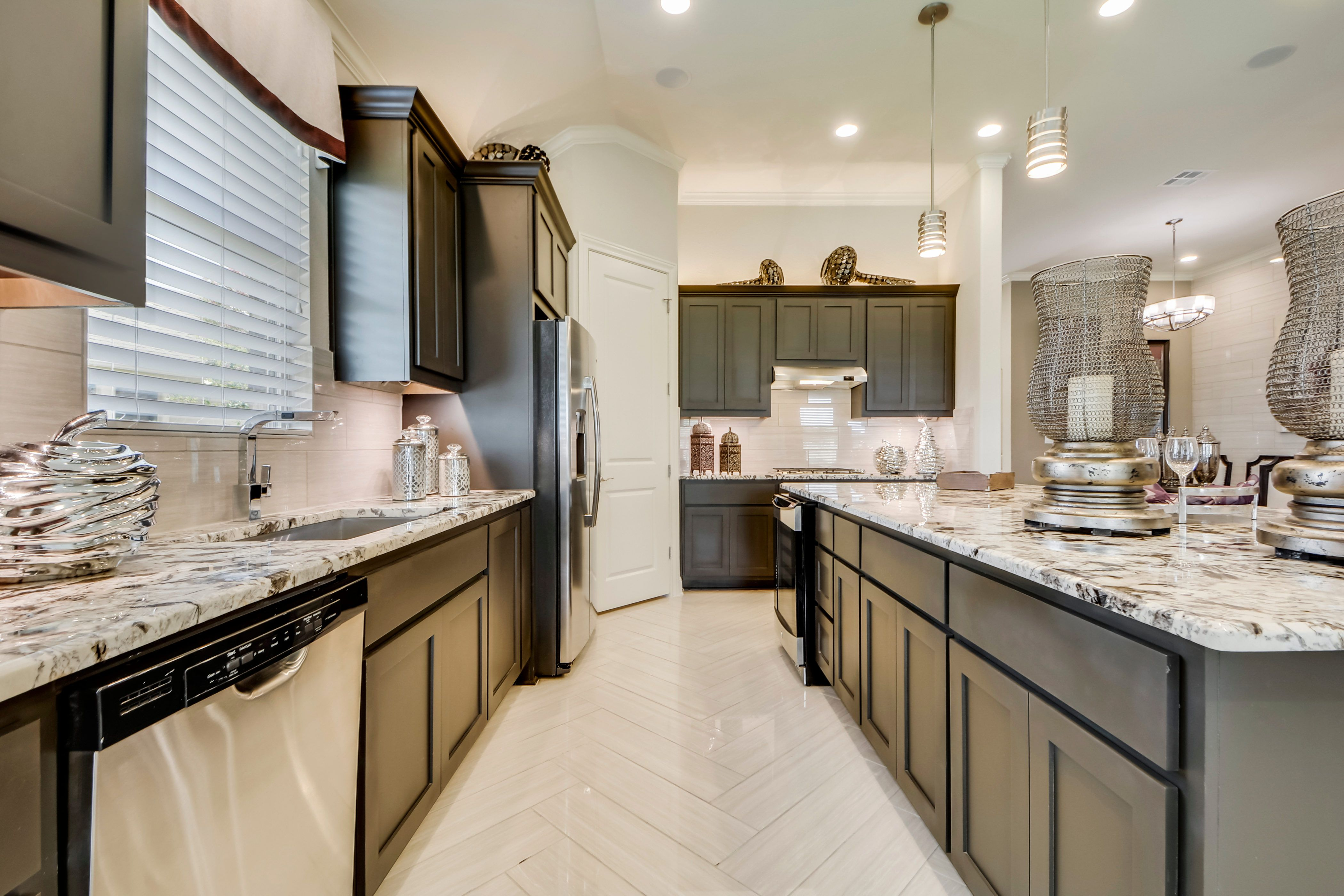 A Sleek Modern Kitchen With A Huge Center Island And Textured Granite Countertops Interiordesign Dreamhome Bellvue New Homes Family Room