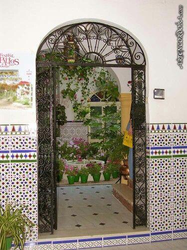 Entrada a un patio cordob s con azulejos t picos amor for Azulejos patio