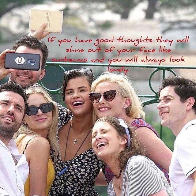 "The note that Selena Gomez's notebook has is by Roald Dahl ""If you have good thoughts they will shine out of your face like sunbeams and you will always look lovely.""  La nota que tiene el cuaderno de Selena Gomez es de Roald Dahl: ""Si tienes buenos pensamientos brillarán en tu rostro como los rayos del sol y siempre te verás adorable."""