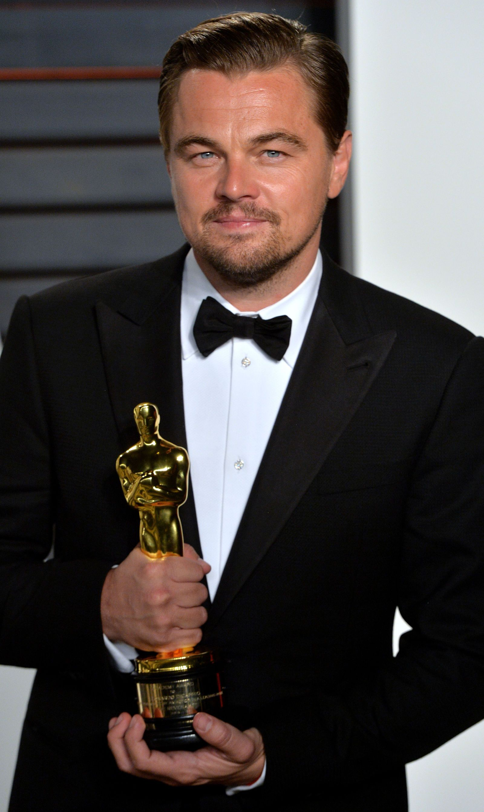 Watch Leo Get His VERY FIRST Oscar Statuette Engraved