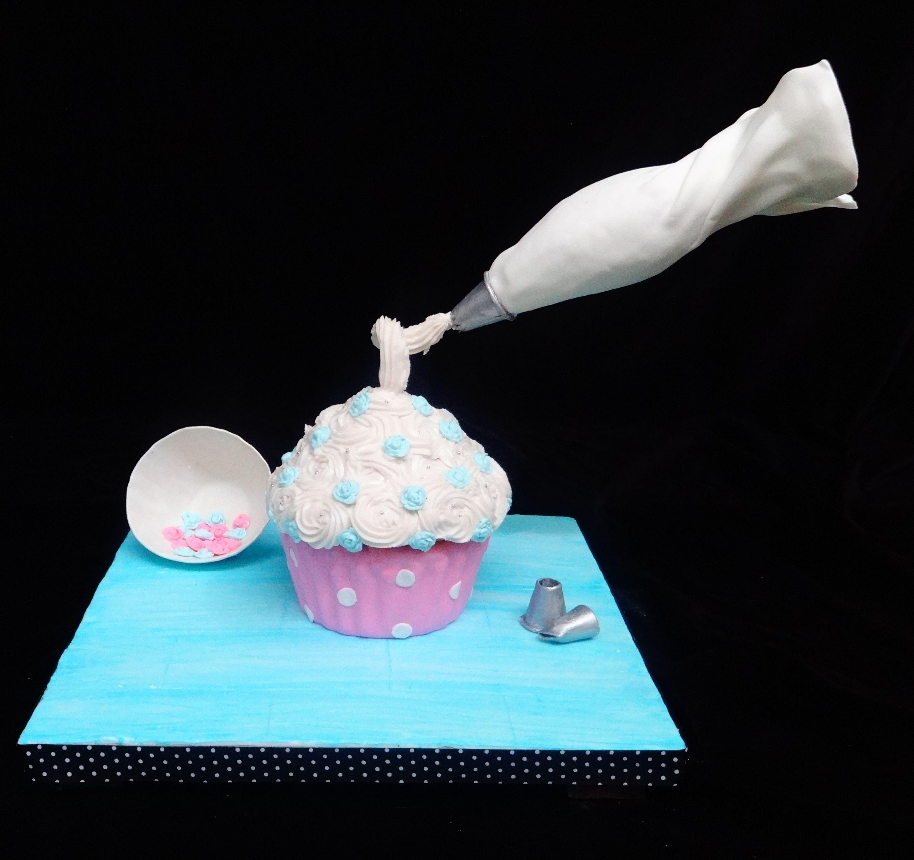 Gravity defying cakes on pinterest gravity defying cake gravity cake and defying gravity - Gravity cake noel ...