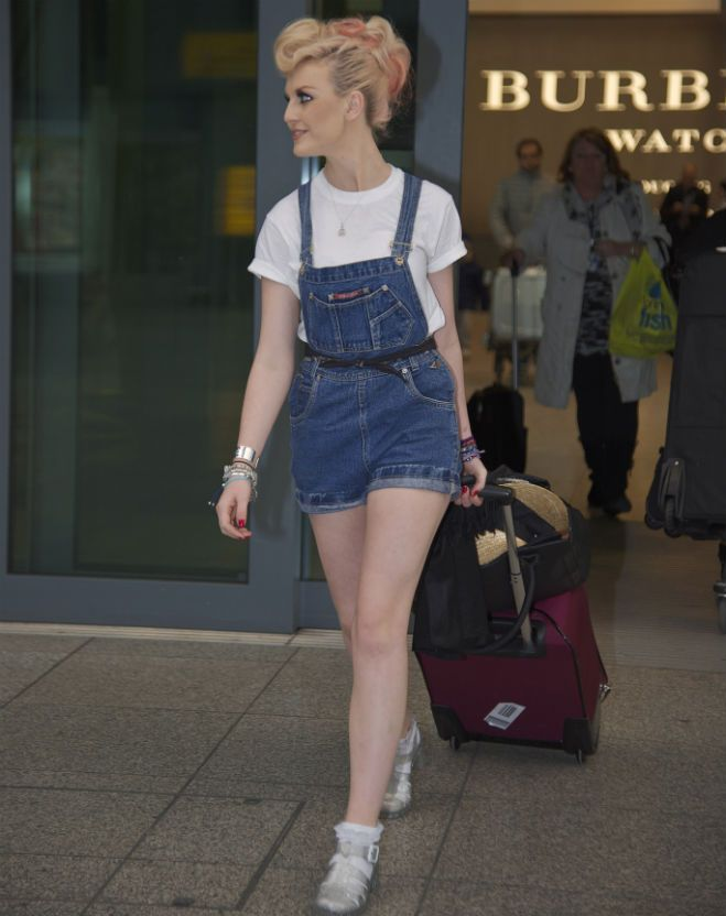I love overalls on her. Perrie can really rock them! I wish I can have some fashionable overalls now