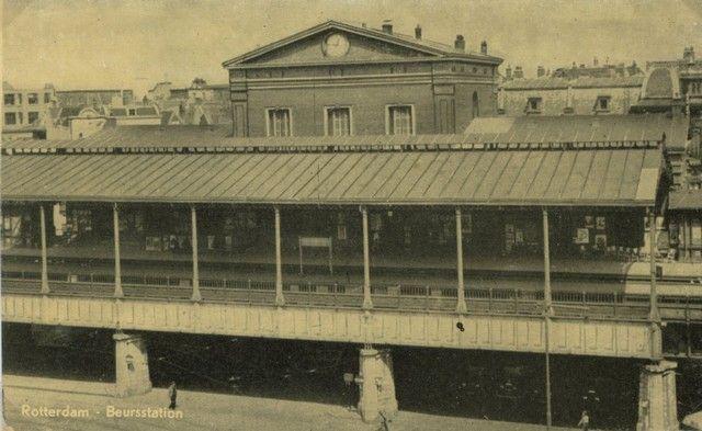 station Rotterdam Blaak stationsgebouw I (1930) middendeel met twee verdiepingen met fronton met uurwerk en versiering. Aan weerszijden een vleugel met gelijke bekroning in de eindgevels als in het middendeel