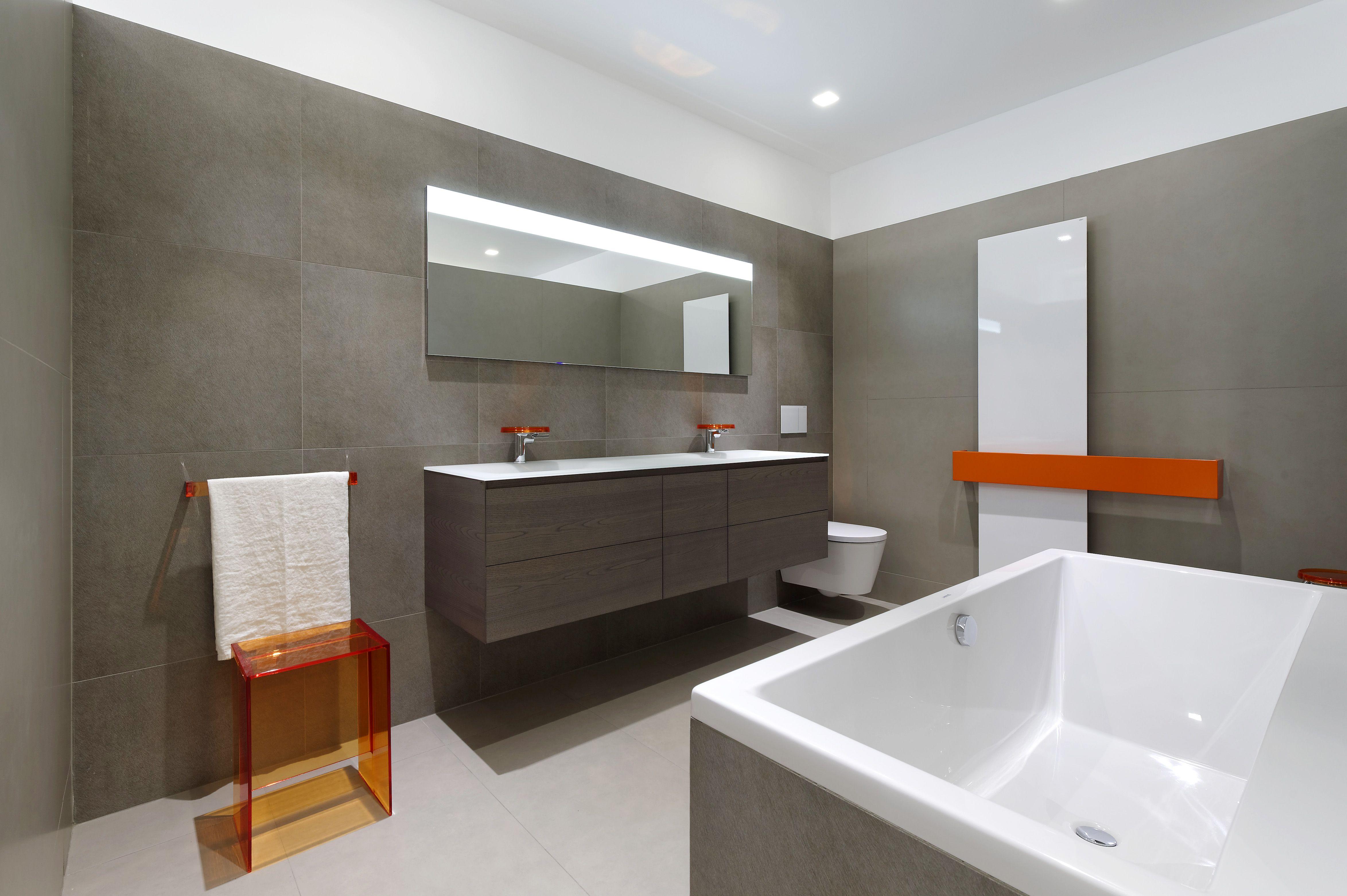 Une ambiance salle de bains contemporaine et colorée: meuble de ...