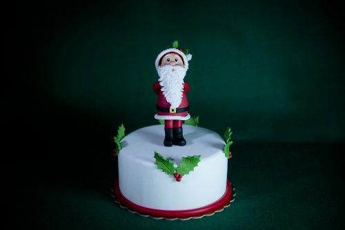 Foto diRoberto Giancaterina Un dolcissimo topper da usare per impreziosire le vostre torte o per decorare la tavola nei giorni di festa.  Occorrente: per la copertura e la decorazione della base: pasta di zucchero bianca, rossa e verde per il Babbo Natale: pasta...