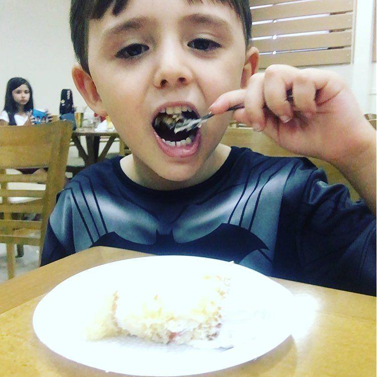 Que emoção ... E o Theo ganhou o primeiro pedaço de bolo do Rafa!!!! Olha a carinha de feliz!!!!#melhoresamigos #Materniarte #grupomamaesdesp