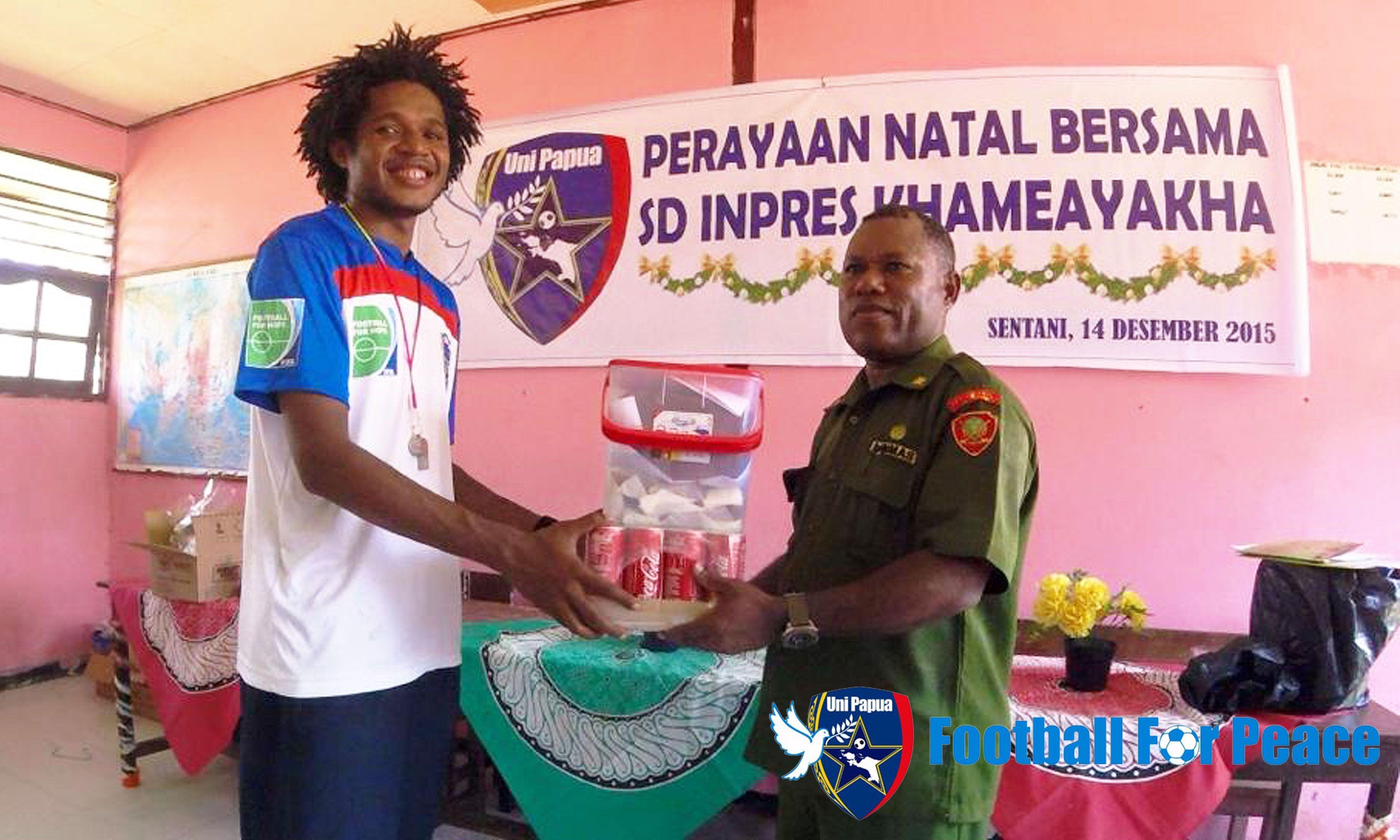 Perayaan Natal Bersama Uni Papua Football Community bersama keluarga besar SDN Inpres Khameayakha #Unipapua #Papua