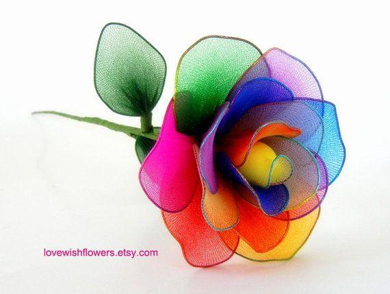Rosa de seda de colores maravillosamente artificiales. Artesanal de flores de tela de nylon y hojas para la decoración casera, novia. Arreglo floral