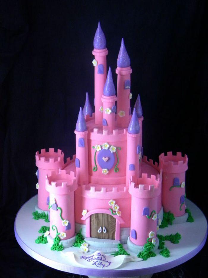 le gâteau d'anniversaire château de la belle au bois dormant