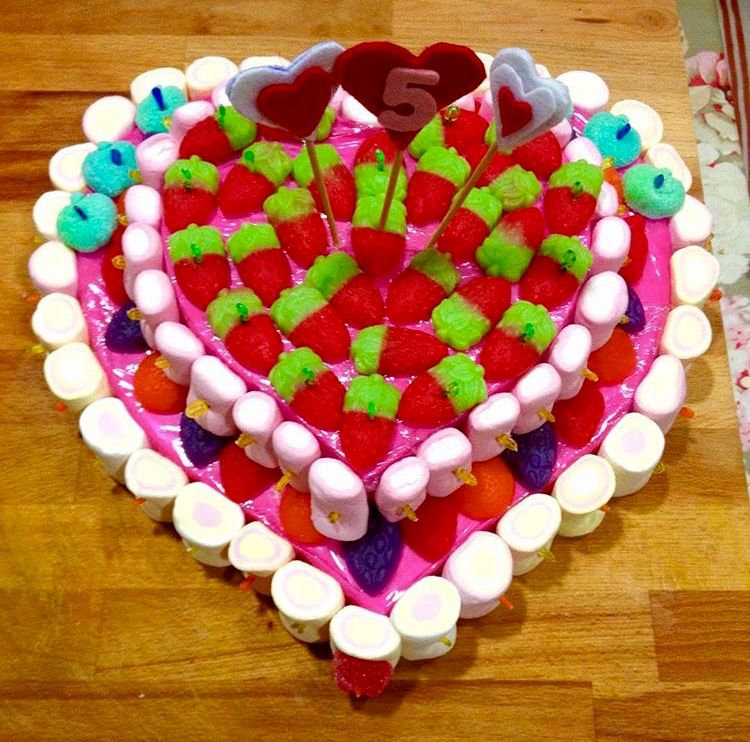 83ccb9cb26b9 Pastel de chuches en forma de corazón | Manualidades | Mesa dulce ...