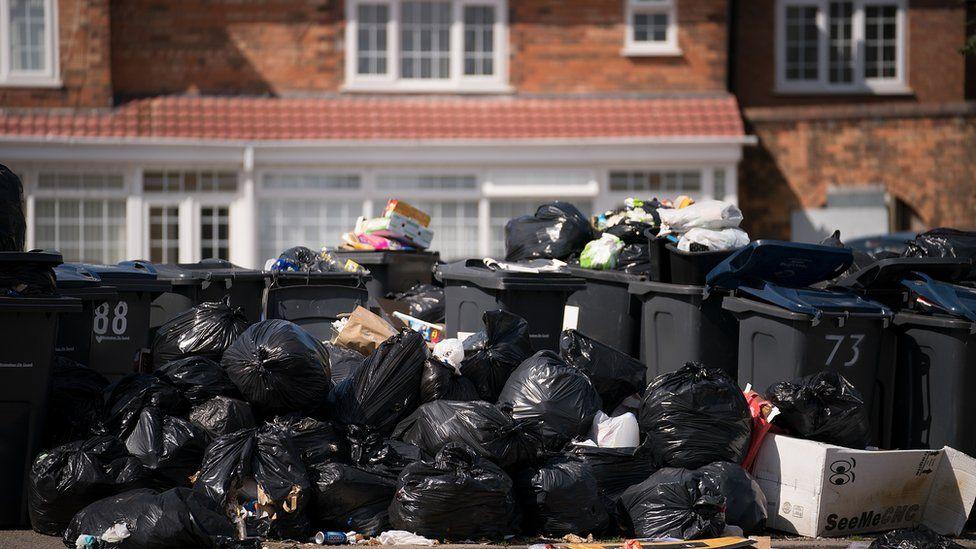 Bin workers vote to continue strike Birmingham, Resume