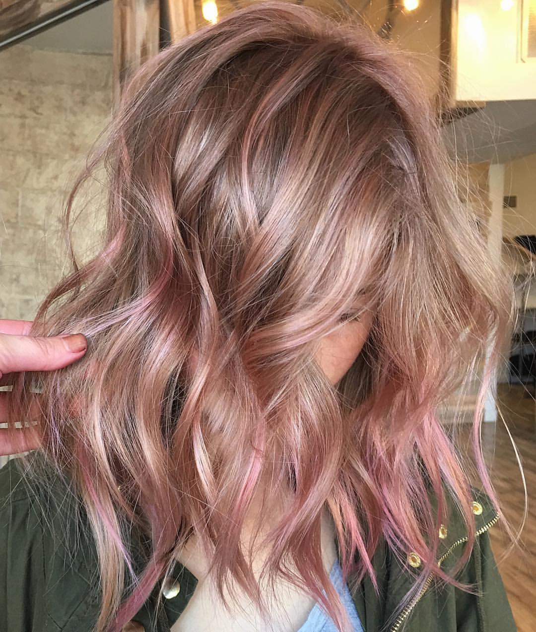Mechas rosas en pelo corto