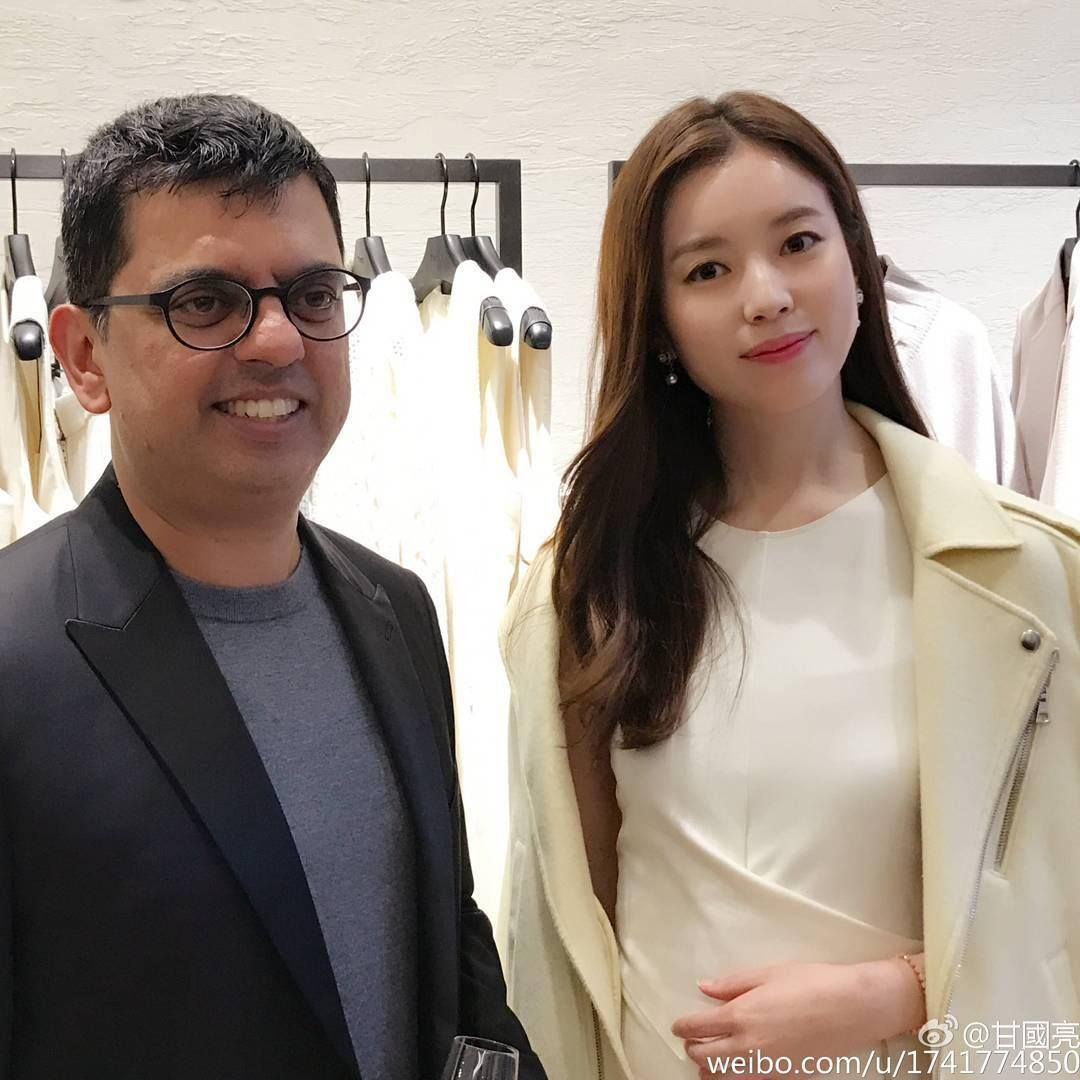 Han Hyo Joo posing with the man sits beside during the 'scandal' photos taken by Hong Kong Media.