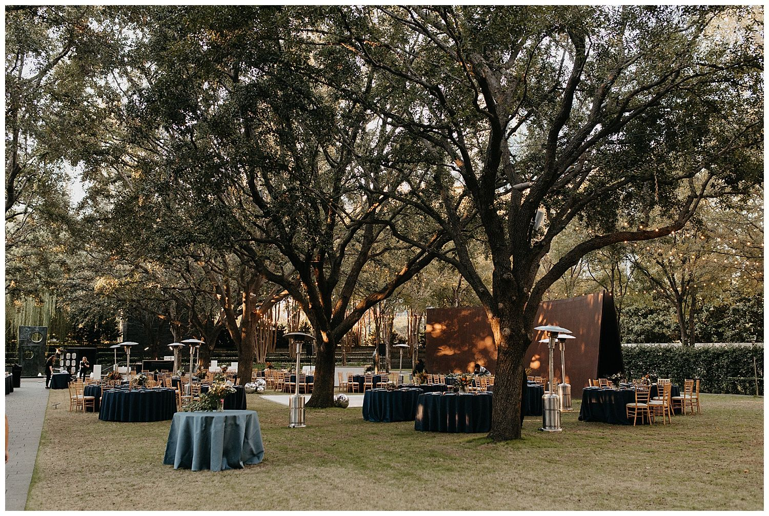 Chic And Modern Fall Wedding At The Nasher Sculpture Center Dallas Wedding Photographers Fall Wedding Wedding Venues Texas