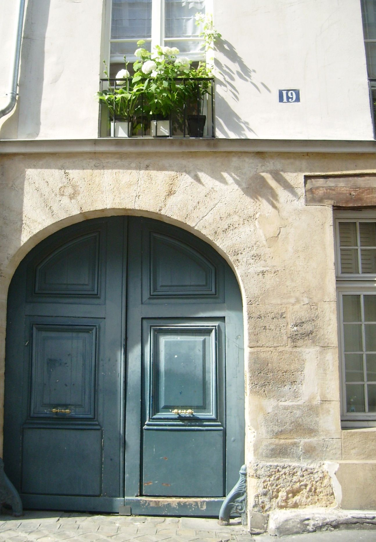 The French do love a blue door