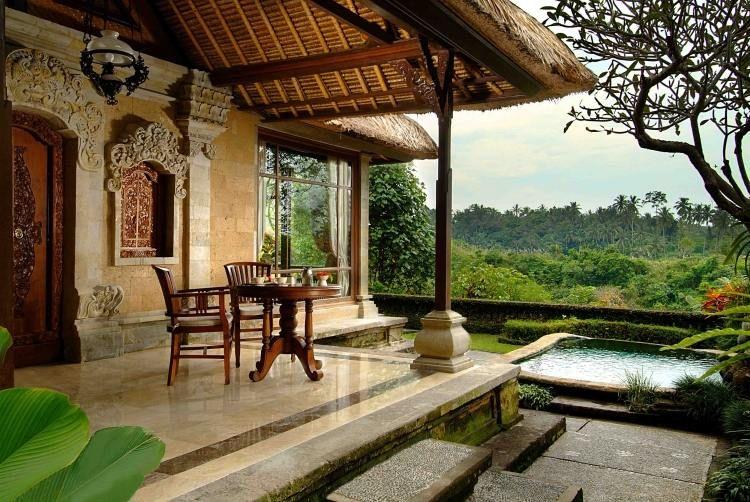 klassische Veranda von Villa im mediterranen Stil mit garten und ...