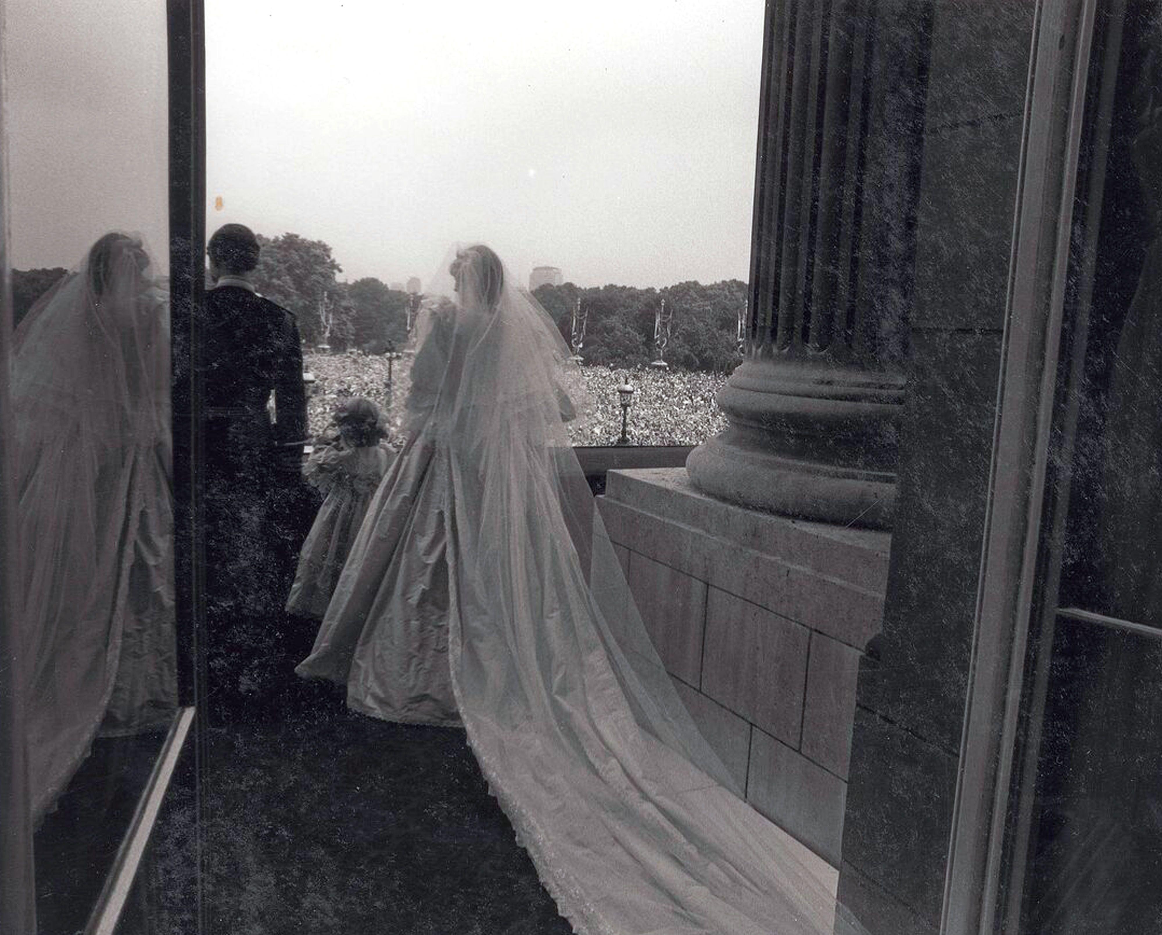 imagens raras do casamento de charles e diana vao a leilao casamento da princesa diana princesa diana vestido de noiva da princesa diana casamento da princesa diana