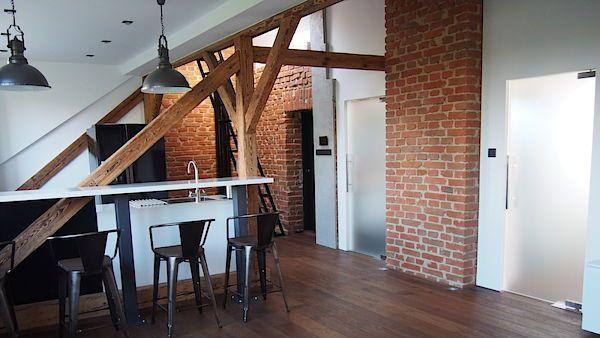 Mladý majitel si v podkroví domu rodičů zařídil byt v industriálním stylu.