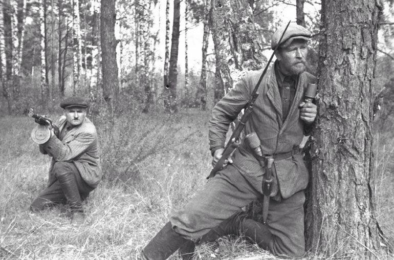 Partisano soviético en Bielorrusia, 1943 / Partisano, es un término usado para referirse a un guerrillero que se opone a un ejército de ocupación / http://es.m.wikipedia.org/wiki/Partisano#/image/Archivo:Soviet_guerilla.jpg