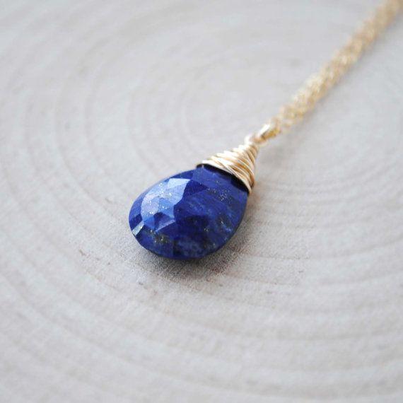 Cette belle pierre collier dispose d'une briolette en Lapis Lazuli à facettes goutte (environ 15mm) fil avec votre choix de l'argent Sterling ou…