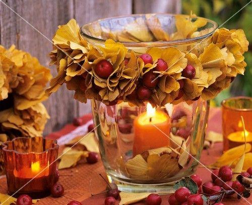 Windlicht mit Kranz aus Herbstlaub von Ginkgo und Zieräpfeln
