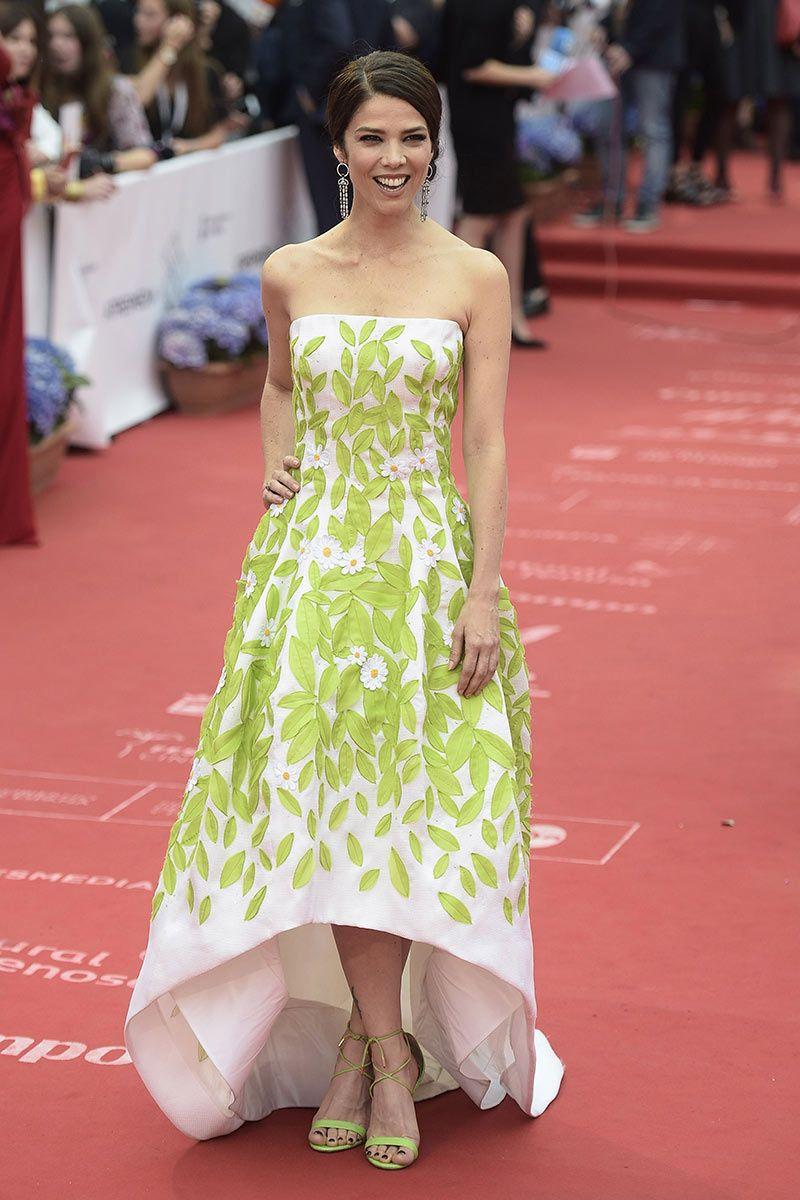 0206be9e2c Juana Acosta con vestido con hojas y flores bordadas y escote palabra de  honor