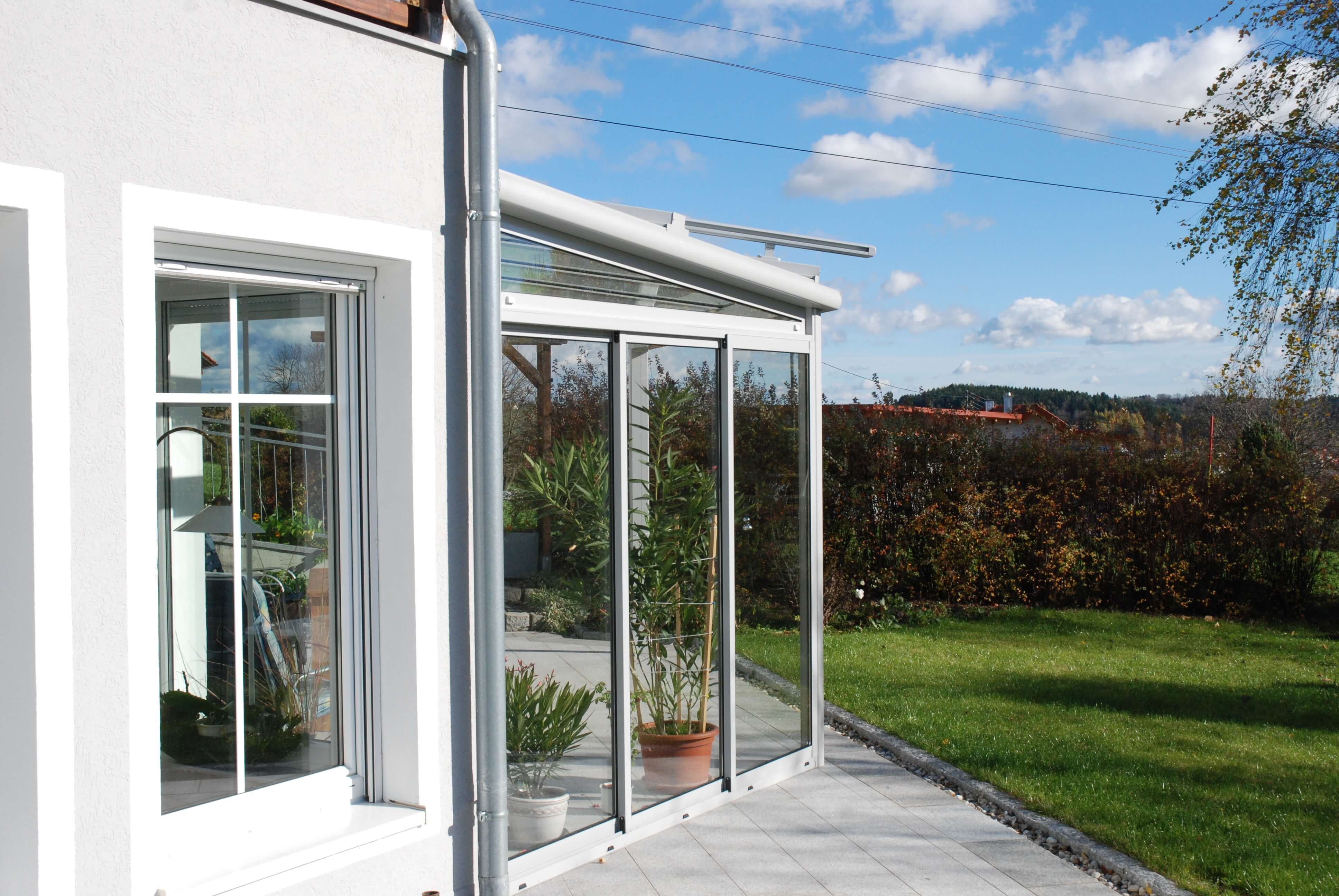 terrassen berdachung in wei mit schiebeverglasung terrassen berdachung terrassenverglasung. Black Bedroom Furniture Sets. Home Design Ideas
