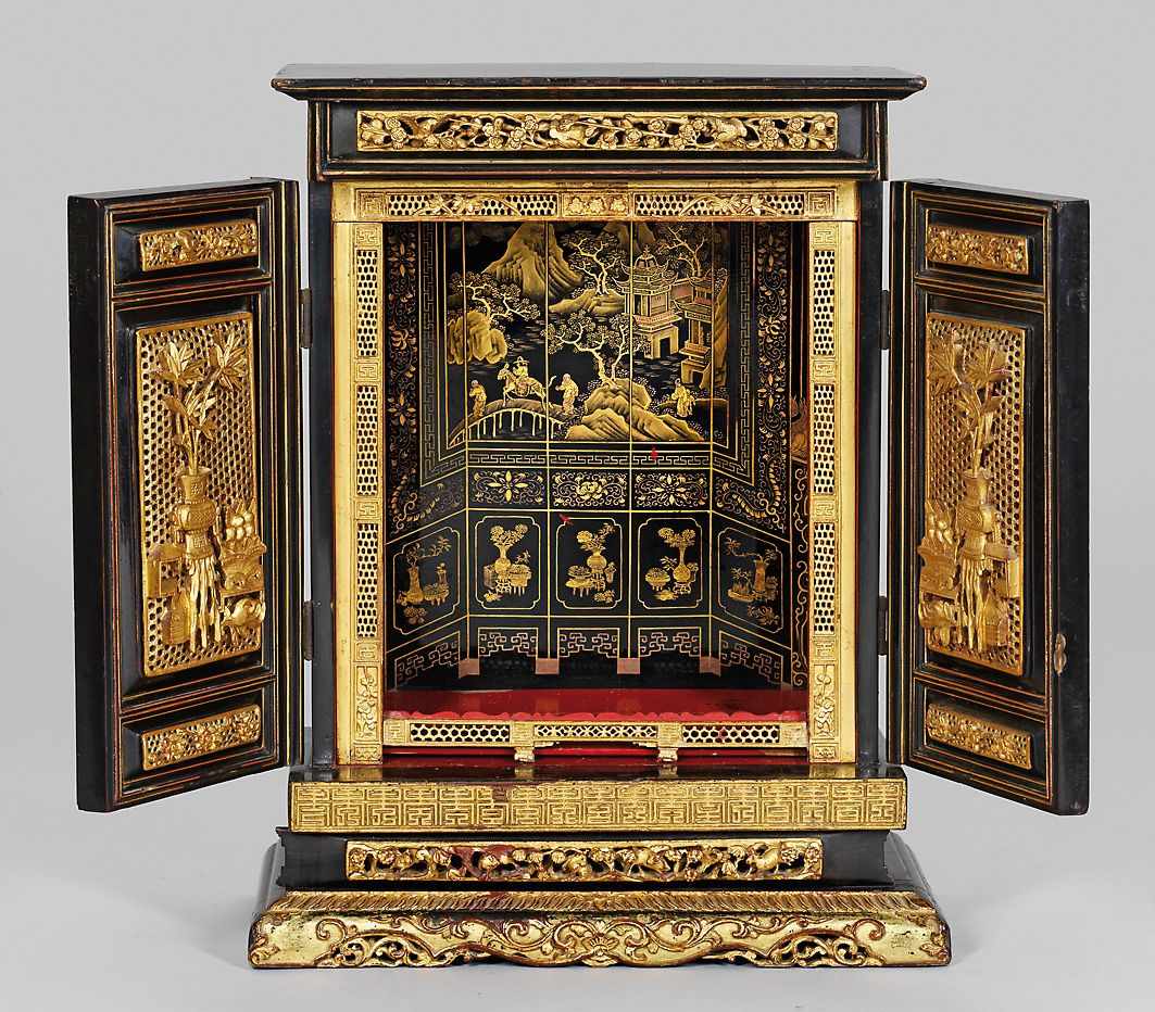 Antique chinese cabinet finely carved gilt wood for Muebles chinos outlet