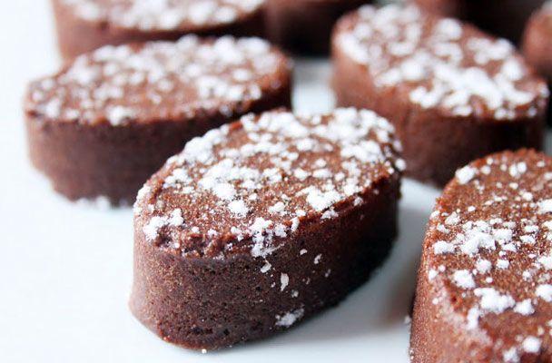 Castagnaccio al cioccolato - Questo dolce delizioso è la variante arricchita di una delle più note ricette tradizionali della cucina povera.