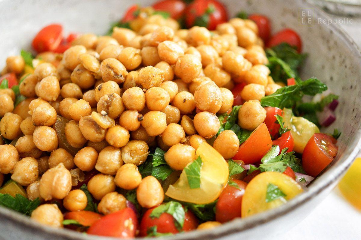Photo of Knuspriger Kichererbsen-Tomaten-Salat Rezept (vegan + glutenfrei)