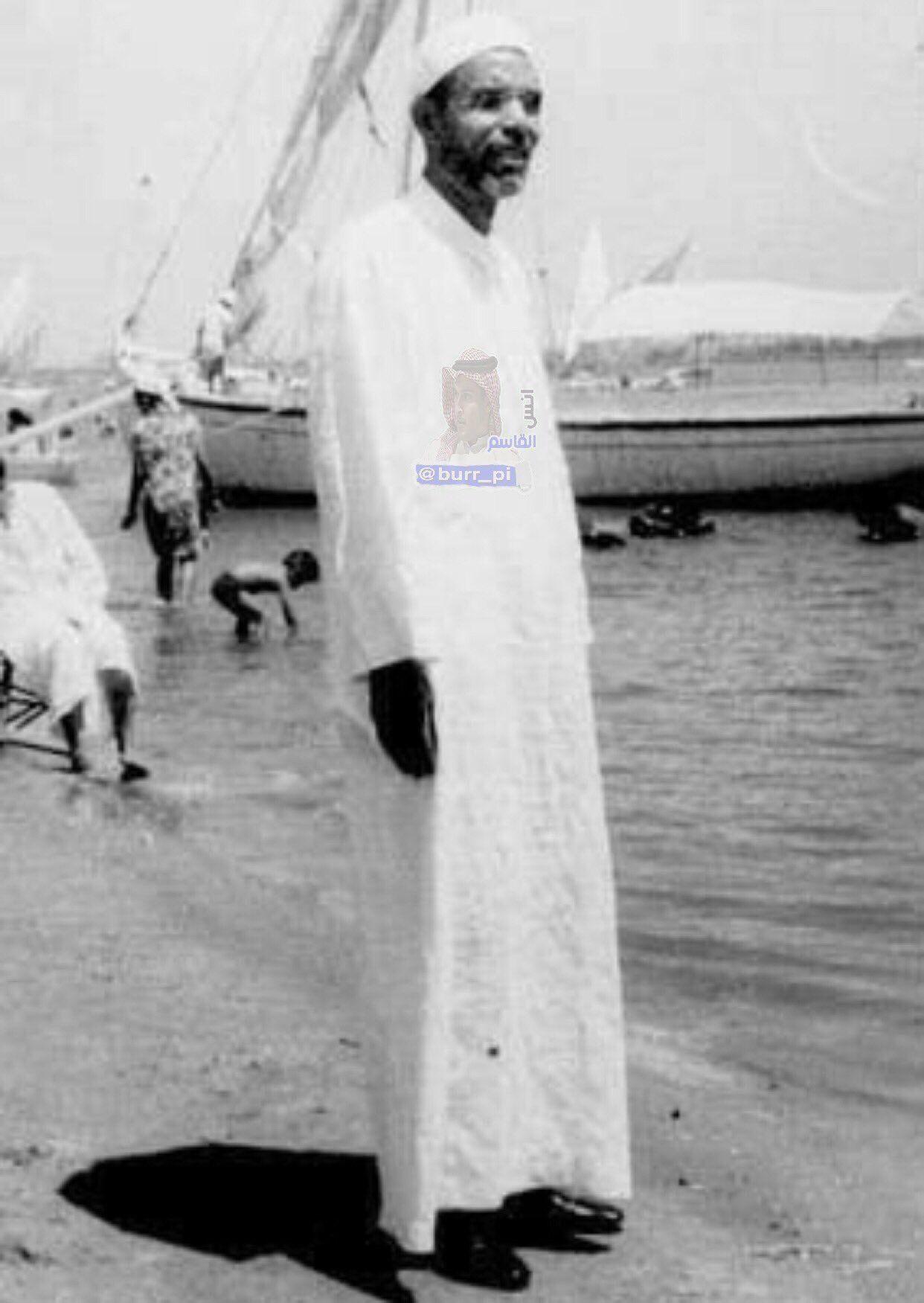 صورة نادرة جدا للشيخ محمد متولي الشعراوي وهو يقف على شاطئ البحر في محافظة بورسعيد المصرية الت قطت الصورة في الستينات الميلادية وتحديد Coat Lab Coat Fashion