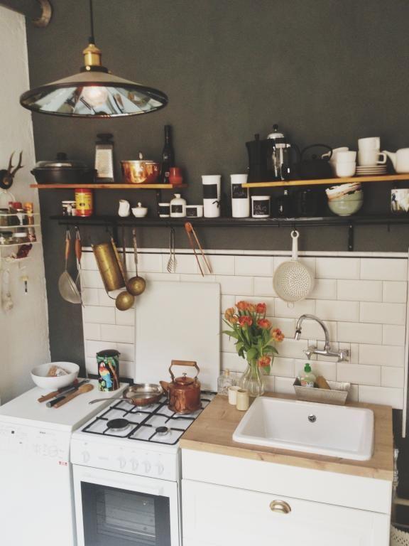 Altbauküche in Berlin mit offenen Regalen und schönem Gasherd ...